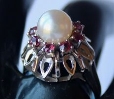 Germany 1960/70 14kt/585  white gold ring beautiful Japanese Akoya pearl AAA and Rubies approx. 1 ct. total.   Excellent state.