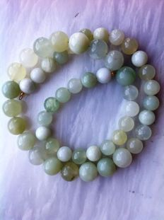 Necklace in Chinese green jade 49 g, length 46 cm, 18 kt yellow gold clasp.