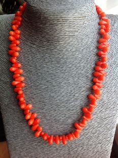 Necklace made of orange coral, 38 grams, length 46 cm. White gold, 18 kt. Clasp – No reserve.