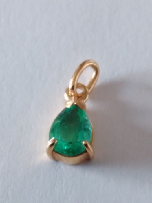 Yellow gold pendant with emerald