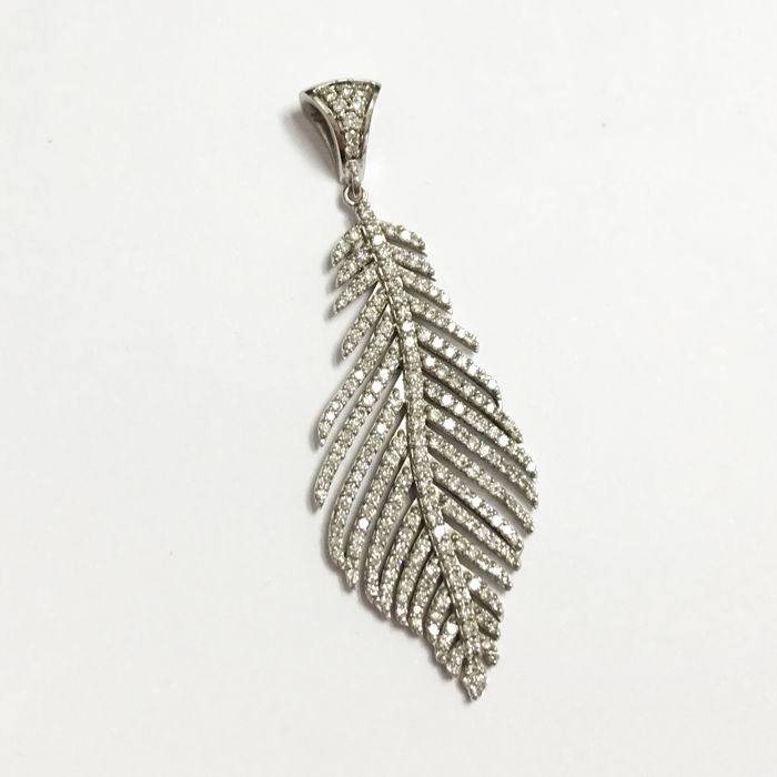 Leaf-shaped pendant in 18 kt gold with diamonds –dimensions: 46 mm x 17 mm