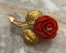 Antique brooch / pendant with 1 red rose-shaped coral made from 750 / 18 kt gold, rose, 14.5 g, circa 1950, antique