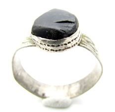 Rare Late Medieval Renaissance silver ring with black gem in bezel - 22 mm