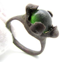 Saxon ring with green gem inserted in bezel - 19mm