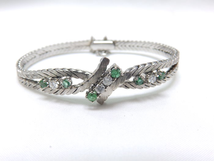 Bracelet in 18 kt White Gold with Four Diamonds and Six Emeralds. Length: 17 cm when closed.