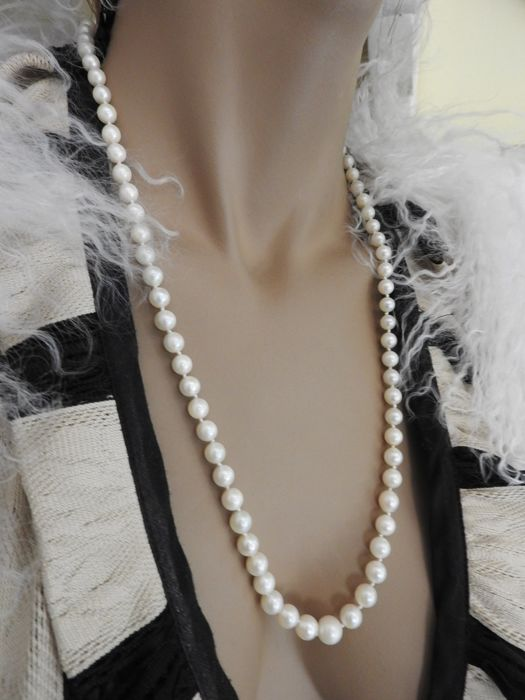 Fresh water pearl necklace with gold clasp in 18 kt