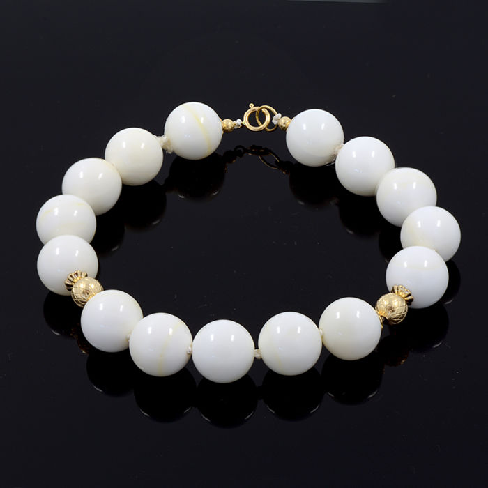 18 kt/750 yellow gold – White coral bracelet – Total length 23 cm. = 19 cm. useful length (inside circumference size)