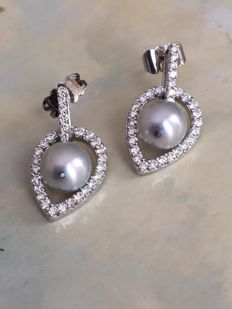 High-quality 18 kt white gold designer ear studs, with brilliant cut diamonds, approx. 0.80 ct in total, and cultured freshwater pearls - size approx. 2.3 cm x 1.2 cm