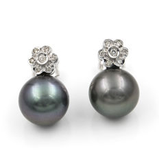 White 18 kt gold flower-shaped earrings, set with brilliant cut diamonds and Tahitian pearls
