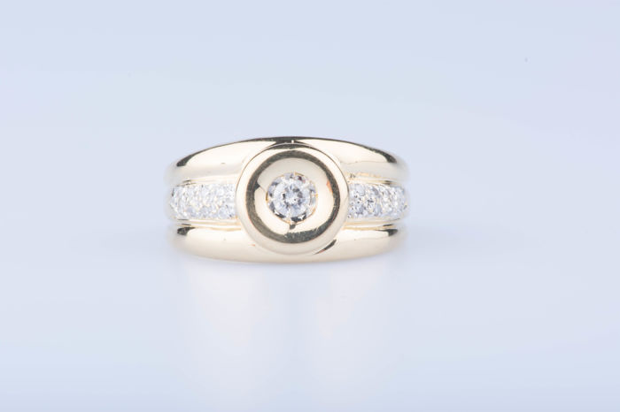 Ring in 18 kt yellow gold, 1 central diamond approx. 0.20 ct, 16 diamonds approx. 0.16 ct in total