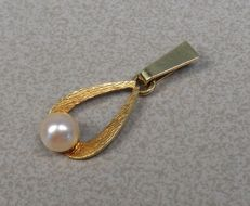 14 kt yellow gold pendant with pearl.