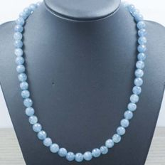 18 kt gold necklace with faceted aquamarine. Length: 47 cm.