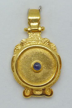 18k gold pendant unisex with cabochon sapphire