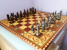 Vintage chess board inlaid grenadine Artegran plus chess set of Arab World against Christians.