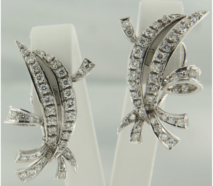 Platinum clip-on earrings, set with 80 brilliant and single cut diamonds, approx 1.00 carat in total, size: 3.0 x 1.3 cm