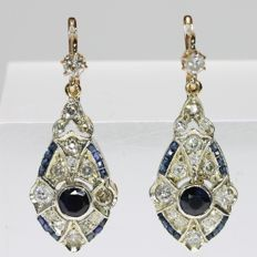 Elegant Art Deco dangling earrings with diamonds and sapphires set in silver with red gold back - 1930