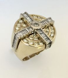 Yellow gold ring with 2.50 ct diamonds set in white gold.
