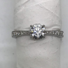 Ring with 0.75 ct central diamond (G/SI) and diamonds on the shank (G/SI) totalling 0.10 ct - 18 kt gold
