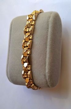 18 kt yellow gold flexible bracelet.
