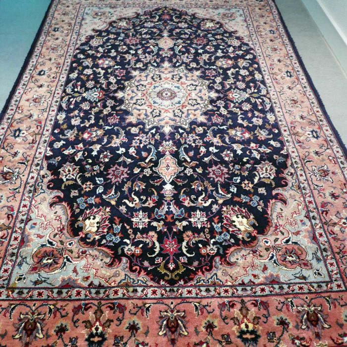 Superior Isfahan carpet  193 x 123 – very good condition and a magnificent appearance.