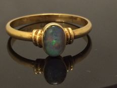 14 kt gold ring with Australian opal – ring size 16.85 mm.
