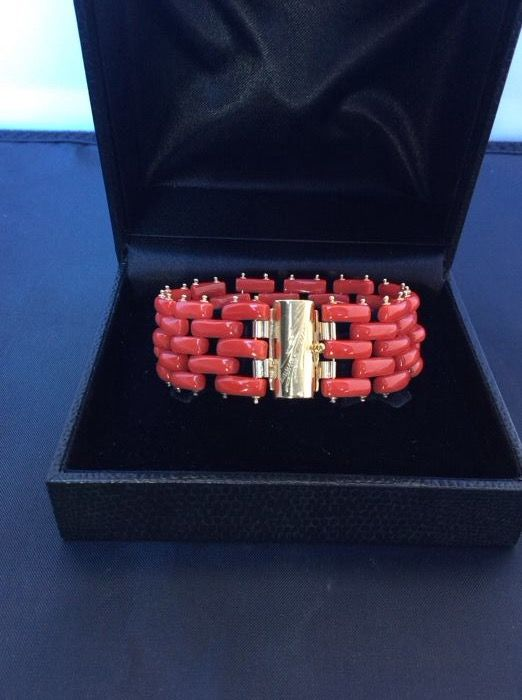 Bracelet in Mediterranean red coral, 23.8 g, and 18 kt gold, 8 g - length: 18 cm, width: 27 mm, total weight: 31.8 g