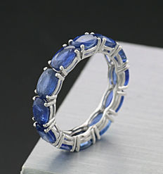 Sapphire ring, memory ring with sapphires totalling 6.60 ct, 750 white gold ---no reserve price---