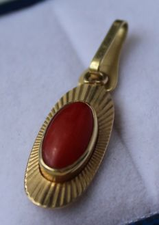14 kt gold necklace inlaid with coral, measurements: 10 x 20 mm