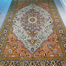 Magnificent old Qom Persian carpet with silk – 210 x 140  – with certificate.