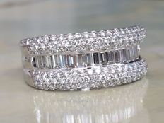 White gold entourage women's ring with baguette and brilliant cut diamonds of approx. 2.40 ct, F/VS - Ring size 17.25 mm