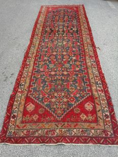 Malayer rug, Persia. Early 20th century, dimensions: 396 x 124 cm
