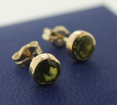 14 kt gold solitaire earrings inlaid with peridot, measurements 5 x 5 mm