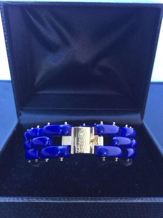 Bracelet with baguette-cut lapis lazuli mounted on 6 grams of 18 kt gold  Total bracelet weight: 23 g