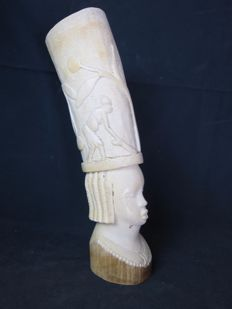Large antique ivory bust with a village scene - Colonial mission goods - Kasaï, D.R Congo