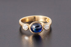 Gold ring made of 750 yellow gold with a sapphire (oval cabochon) and 2 diamonds (brilliant cut), approx. 0.3 ct - size: 54