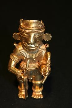Tumbago precolombian - Shape Warrior with one hand a spear and in the other a scepter . Height 77mm.
