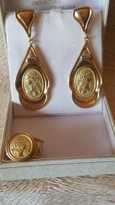 18 kt. Gold earrings and ring with cameo. Adjustable size.