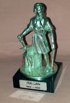 Hood ornament - Vulcan 1902 - 1928 - Replica, on a base resembling black natural stone