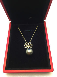 Tahiti black pearl necklace, pearl diameter 11.5 mm. With diamond 18K gold necklace.