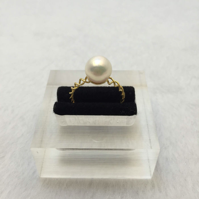 Japan Akoya sea pearl ring. Pearl diameter 8.5 mm. Accessories: 18 K gold.* no reserve price *