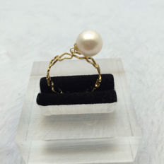 Akoya sea pearl ring. Pearl diameter 8.7 mm. Accessories: 18 K gold.Size: 17.2 mm.