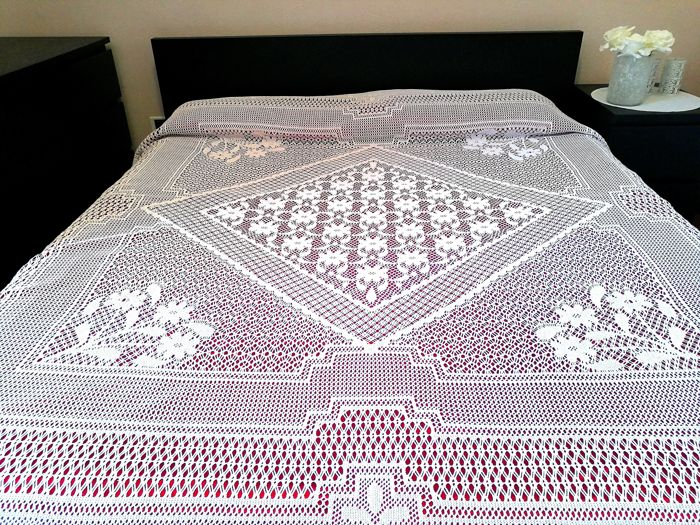 Romantic cotton yarn bedspread - Sicily - Italy - first half of the 20th century