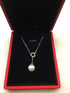 Yellow gold necklace with Japanese Akoya sea pearl 8.8 mm and diamonds 0.06 ct