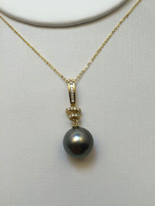 Tahiti black pearl necklace, pearl diameter 11.2 mm. With diamond 18K gold necklace.