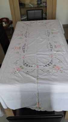 Superb cotton banquet tablecloth embroidered by hand with floral motif 1920 with twelve accompanying table napkins