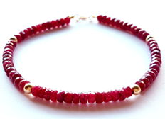 Bracelet made of faceted ruby bead with 14 kt gold clasp and 14 kt dividing beads - length: 20 cm