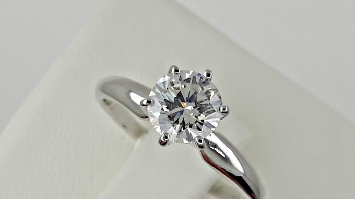 0.75 ct  D/SI1 round diamond ring made of 14 kt white gold
