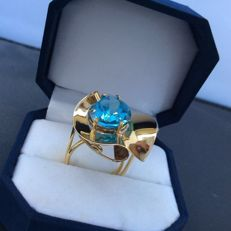 Ring in 18 kt yellow gold with droplet-shaped azure topaz — Setting made by hand — Italian size: 17 (adjustable)