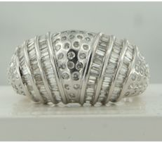 White gold ring of 18 kt, set with taper-shaped and brilliant-cut diamonds of approximately 1.00 carat in total, ring size 17.75 (56)