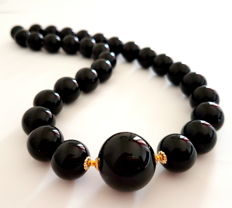 Necklace made of onyx stones and 585/1000 gold clasp and 585/1000 beads – length: 47 cm